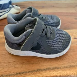 Nike toddler sneakers size 5 gray and black